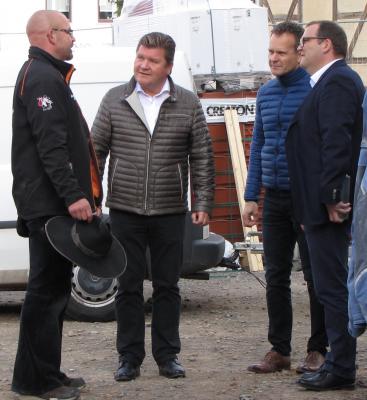 Zimmermann Oliver Renneisen, Investoren Thomas und Michael Pelster, Bürgermeister René Weisheit