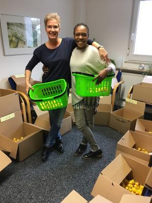 Haben den gelben Durchblick und Spaß dabei: Friederike von Campenhausen (links) und Gloria Nsimba von arvato.