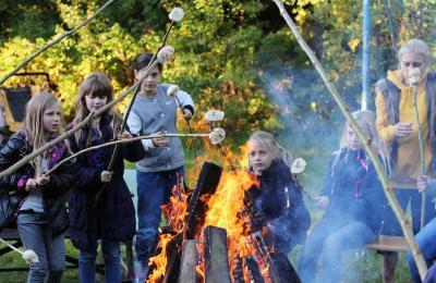 Foto zur Meldung: Feuer fasziniert  - Stockbrot rösten mit dem Verschönerungsverein