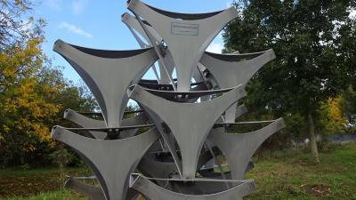 Vorschaubild zur Meldung: Tetraeder-Skulptur hat einen neuen Standort