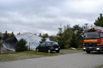 Nochmal gut gegangen: Die Feuerwehr sicherte auch die Teile des abgerissenen Daches eines Discounters in der Berliner Straße ab.