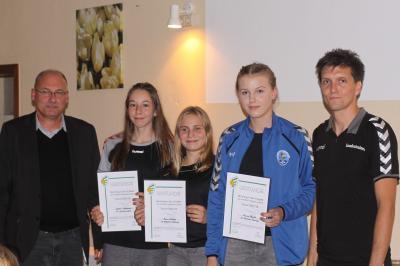 HVS-Präsident U. Vetterlein und Landestrainer J. Dietrich ehren die D-Kader des Jg. 2004w (I. Ockernahl, E. Montag und C. Berndt v.l.)