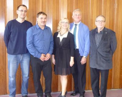 Das Tanzpaar Schadock (Mitte) mit dem Vorsitzendes des Kreissportbundes Detlev Leißner (rechts) sowie Vereinspräsident Mario Schicketanz und Vorstandsmitglied Mario Krüger (links)
