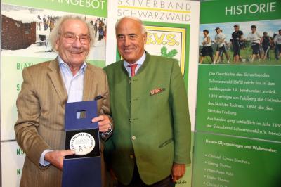 Uwe Herrigel, Rechtsreferent im SVS wurde von BSB-Präsident Gundolf Fleischer mit der Silbernen Sportplakette des BSB ausgezeichnet - Foto: Hahne