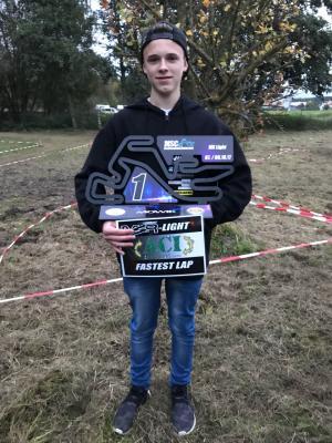 Neben der Trophäe für den Tagessieg konnte Maximilian den Preis für die Schnellste Rennrunde entgegen nehmen – Super, Maxi!