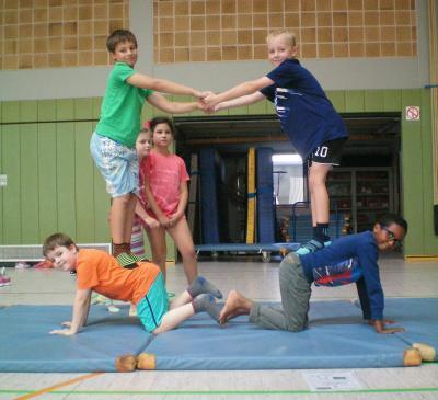 Foto zu Meldung: Akrobatik-Einheit Klasse 3b