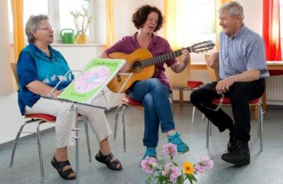 """Vorschaubild zur Meldung: Singen weckt Erinnerungen """"Die Herbstzeitlosen"""" sind ein neues Chorprojekt der Alzheimer Gesellschaft Lüneburg"""