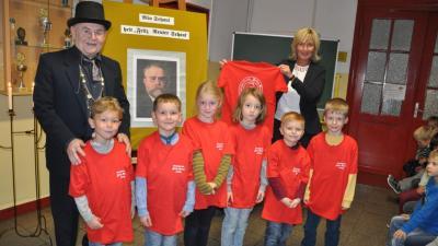 Foto zur Meldung: Festgruß an Fritz Reuter - Crivitzer Erstklässler feierten 207. Geburtstag des Namensgebers ihrer Schule