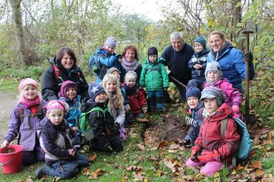 Vorschaubild zur Meldung: Waldkinder sorgen für Blumenpracht im nächsten Frühling