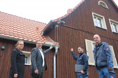 Gemeindedirektor Gero Janze mit Milita Jawni (r.), Ibrahim Aksöz (2.v.r.) und Elektrotechnikmeister Kai Tessmann (r.)