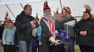 Markus Lau hat an GLCC- Präsident Heino Kühl den gesamten Kassenbestand der Gemeinde übergeben: Knöpfe und Schokotaler