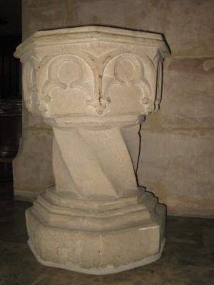 Foto zur Meldung: 500 Jahre alter Taufstein, ein Kunstwerk in der katholischen Kirche