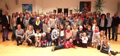 Ein Gemeinschaftsfoto (Dr. Michael Seischab, Rhönflug Poppenhausen e.V.):Ehrende, Sportabzeichen-Absolventen, geehrte Sportlerinnen und Sportler sowie Vorstände, Trainer und Betreuer