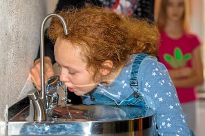 Emily testet den neuen Trinkbrunnen
