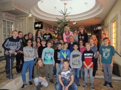 Foto zur Meldung: 7c schmückt Weihnachtsbaum in der Hansedom-Mall