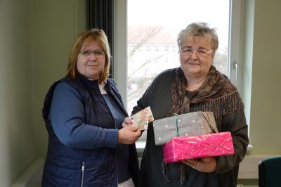 Marina Hebes (l:) freut sich über die Unterstützung des Seniorenbeirates. I Foto: Christiane Schomaker