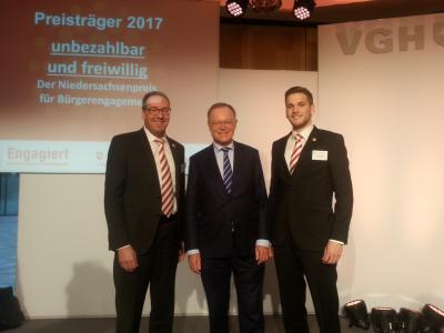 1. Vorsitzender Andreas Winkler (links) und Christoph Meyer (rechts) nach dem persönlichen Gespräch mit Ministerpräsident Stephan Weil (Mitte)