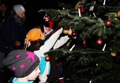 Foto zur Meldung: Weihnachtsstimmung im Dorf – Kinder schmückten den Baum und sangen ihre Lieder