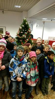 Foto zur Meldung: Weihnachtsbaum schmücken in der Sparkasse Crivitz