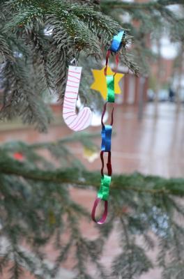 Vorschaubild zur Meldung: Kinder schmücken die Tannen auf dem Weihnachtstreff in Salzgitter-Bad