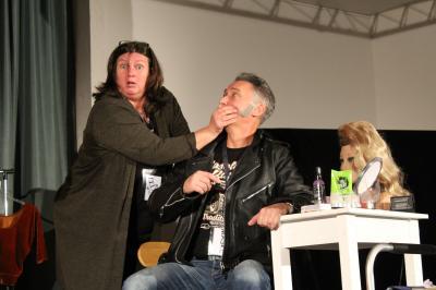 Yvonne ist entsetzt: Im Spiegel sieht sie sich als Mark (Rainer Schößler) und muss von Regieassistentin Marion (Simone Born) beruhigt werden.