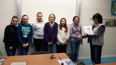 Von li. nach re. Celina, Lara, Emily, Hanna, Sara, Gewinnerin Emma Cosima und ihre Lehrkraft Fr. Gräming