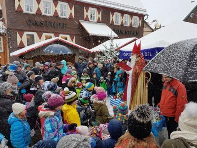 Der Nikolaus verteilte auf dem Poppenhausener Weihnachtsmarkt Geschenkpäckchen an die zahlreich erschienenen Kinder