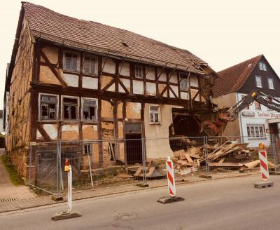 Vorschaubild zur Meldung: Abriss der Bauruine Luckhardt in der Dorfmitte hat begonnen