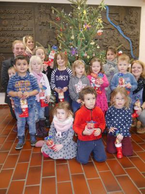 Foto zur Meldung: Weihnachtsbaum im Rathaus von Kindern geschmückt