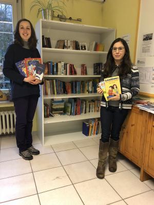 Frau Gürses (links) und Frau Gorgas freuen sich über die Bücherspende