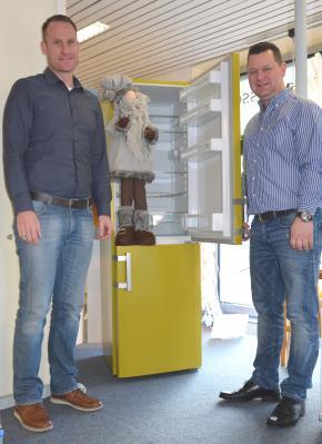 Andy Strauß von der WEVG und Heinz Strauß präsentieren die Kühl-Gefrier-Kombi