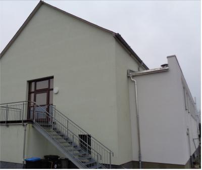 Aufzuganbau 2,5 x 2,5 m an der Nordfassade des Bürgerhauses an das Treppenhaus gut angepasst