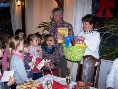Die Kinder staunen über das Geschenk