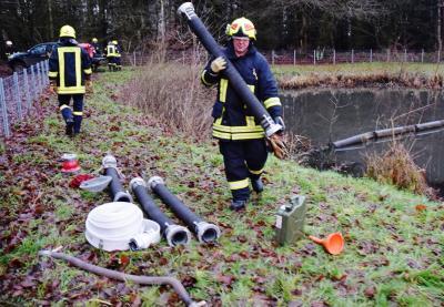 Foto zur Meldung: Erster Einsatz 2018: Feuerwehr pumpte Wasser in Trappenkamp