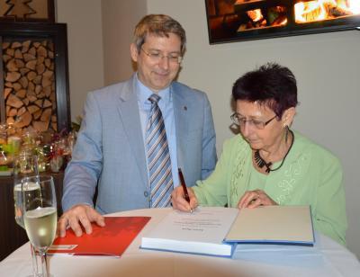 Maria Rieck trägt sich in das Ehrenbuch der Stadt ein. I Foto: Christiane Schomaker