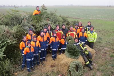 Die Jungen und Mädchen der Jugsndfeuerwehr Seester mit ihren Betreuern beim Einsammeln der Weihnachtsbäume