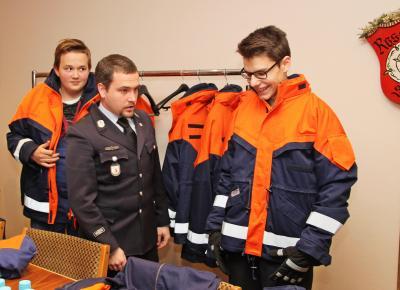 Vorschaubild zur Meldung: Neue Schutzanzüge für die Rosenheimer Jugendfeuerwehr
