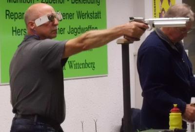 Vorschaubild zur Meldung: Wittenberger Astorianer  in Berlin mit der Pistole auf dem Siegerpotest