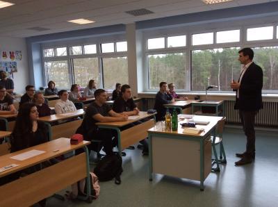 Vorschaubild zur Meldung: Landtagsabgeordneter Daniel Schäffner berät Schüler für den Schüler-Landtag in Mainz