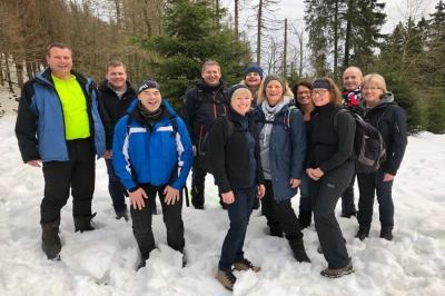 Foto zu Meldung: Volleyball Mixed-Mannschaft bildet ein Team im Schnee