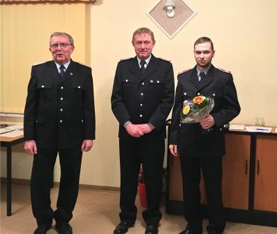 Wehrführer Jens Bonifer (m.) gratulierte Christoph Hansen (r.) der als Nachfolger von Wilhelm Schütt (l.) zum  Stellvertretenden Wehrführer der Feuerwehr Göhlen gewählt wurde.