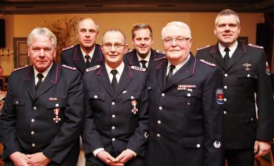 Foto zur Meldung: Ein Mal Gold, zwei Mal Silber – Mitglieder der Feuerwehr wurden geehrt