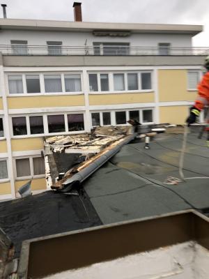 Vorschaubild zur Meldung: Einsatz Nr. 7: Alarm FF-Gitter 14:45 Dach löst sich