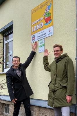 """Herr Olaf Schwarzenberger, Geschäftsführer der Volkssolidarität Reichenbach e.V. und Frau Isabel Badstübner, stellvertretende Leiterin der Kita """"Zwergenland""""."""