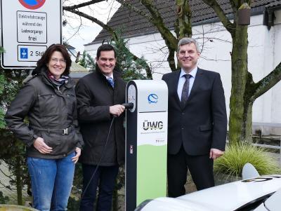 Bürgermeister Jan Fischer (m. ) und die ÜWG-Geschäftsführer Jürgen Schmidt und Daniela Müller vor der neuen Ladesäule