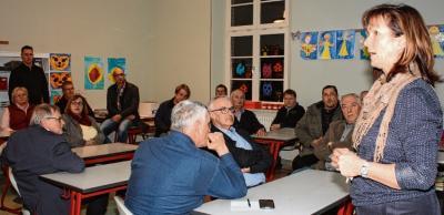 Cornelia Schubring zeigt den Ausschussmitgliedern einen der Klassenräume, den die Schule gern vergrößert hätte
