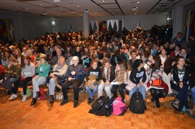 300 Schülerinnen und Schüler aus Moorrege, Quickborn, Uetersen, Elmshorn und Pinneberg warten auf die Show