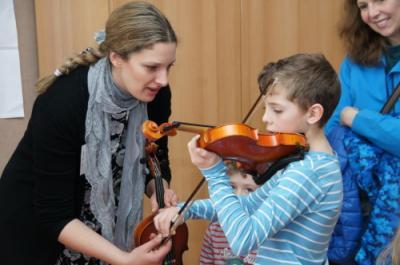 Kollegin Natasa Dastelen mit einem Violinenkind