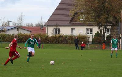Philipp Korthaase ( grünes Trikot ) spielte sich in  seinem ersten Halbjahr mit guten leistungen in die  Demminer Mannschaft