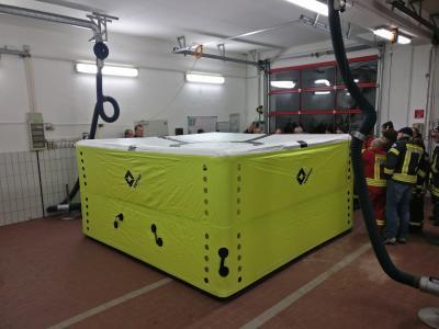 Foto zur Meldung: Sprungpolster soll Feuerwehrarbeit verbessern